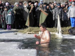 Глава округа первым вошел в крещенскую воду