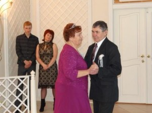 И полвека спустя они снова кружатся в свадебном вальсе...