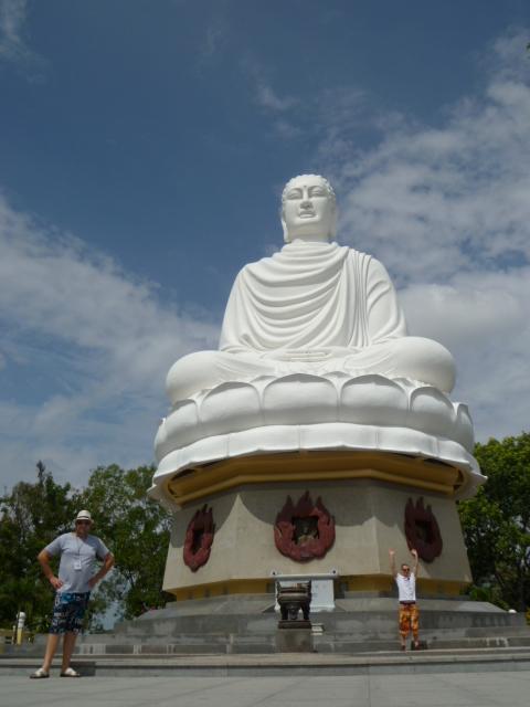 Издалека кажется, что Будда парит в облаках