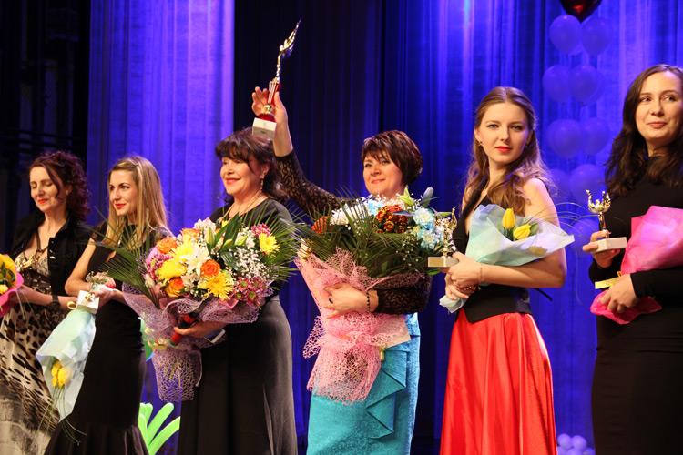 Победительницы номинаций и обладательница Гран-При с организатором конкурса Викторией Николаевой