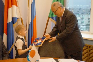 Сережа Глушков вручил Генеральному консулу подарок, сделанный руками начинающих японоведов