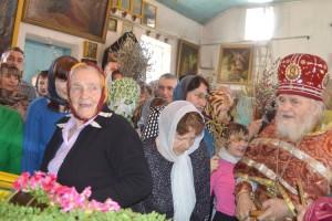 Отец Василий освятил принесенную прихожанами вербу