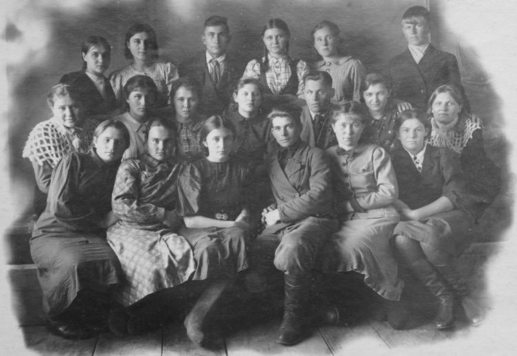 С одноклассниками перед отправкой в полковую школу