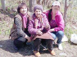 На природе с любимыми дочкой и внучкой