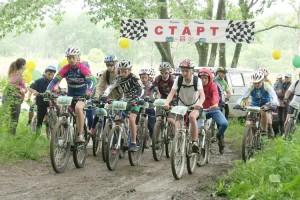 На старте - полсотни велосипедистов