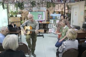 Вместе с автором-исполнителем Владимиром Колеевым участники встречи пели туристические песни