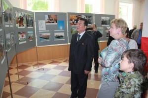 Генеральный консул лично провел экскурсию по выставке