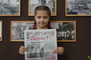 Наша юная подписчица Ира Андреева читает газету вместе с бабушкой Раисой