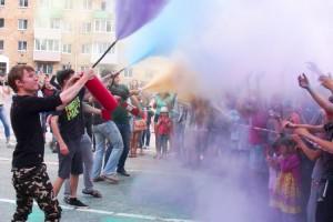 Молодежь веселая и разноцветная