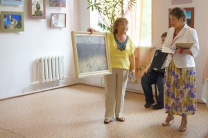 """Участники клуба """"Отражение"""" привезли не только свои работы,  но и памятный подарок музею"""