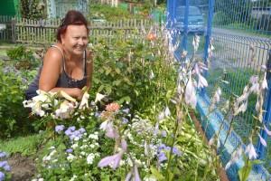 Татьяна Капуста успевает и за цветником ухаживать, и за садом-огородом