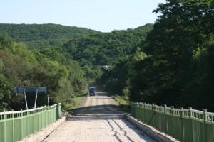 Мост через реку Тигровую. Как и все мосты на грунтовках -  с деревянным покрытием. 23 июля треснули и сломались  сразу три бруса моста