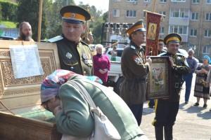 Многие жители города смогли попросить помощи святых угодников во время молебна на центральной площади