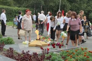 В день окончания Второй Мировой войны жители города возложили цветы к Вечному огню