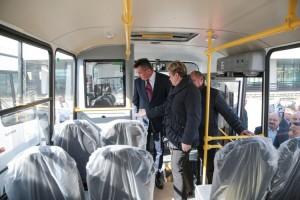 Автобус партизанцы осмотрели вместе с губернатором