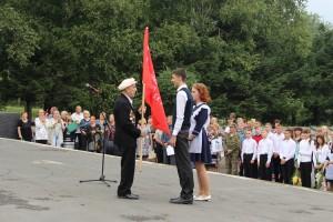 В день окончания Второй мировой войны школам города вручили копии Знамени Победы