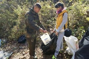 Волонтеры из школы №6 убирают мусор в окрестностях  Макаровских водопадов