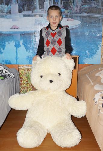 Ваня - большой любитель машин, настоящих  и игрушечных, но медведи ему тоже очень нравятся