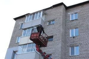 """Рабочие ООО """"Сантехсервис - Партизанск"""" на восьми  многоэтажках заменили 40 листов шифера"""
