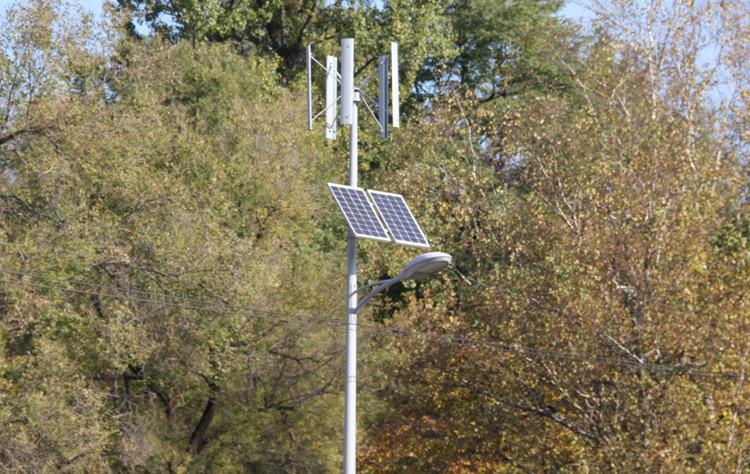 Уличный светильник с питанием от ветряка и солнечной батареи установлен на городской  площади