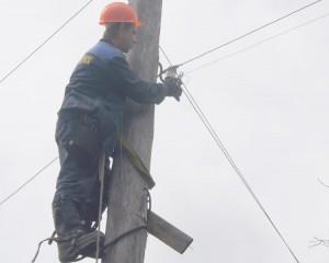 """Энергетики регулярно проводят рейды, в ходе которых снимают """"набросы"""" с проводов ЛЭП"""