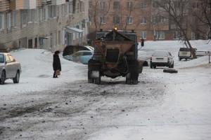 Очистив от снега и льда центральные улицы, дорожники приступают к межквартальным проездам
