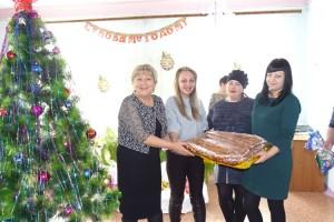 Главное угощение - огромный пирог!