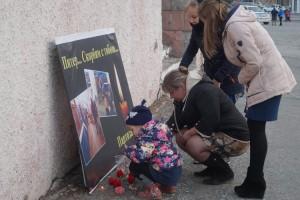 Взрослые и дети зажигали свечи и оставляли живые цветы