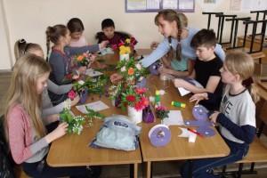 Цветы, веточки и листочки складываются в икебану