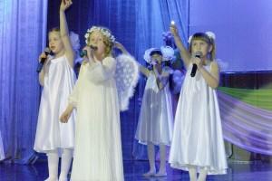 Юные участницы ансамбля «Улыбка» и их песня в светлый праздник