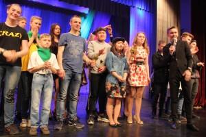 Призы победителям вручает Илья Мелешко