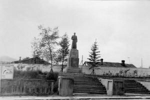 Первые десять лет памятник Сергею Лазо стоял на перекрестке улиц Ленинской и Постовой