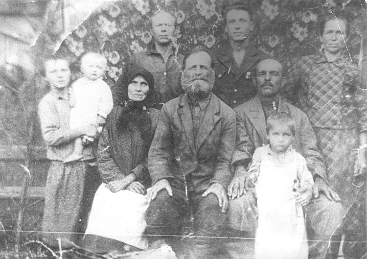 1943 год. На семейном фото - Мария с сестрой на руках