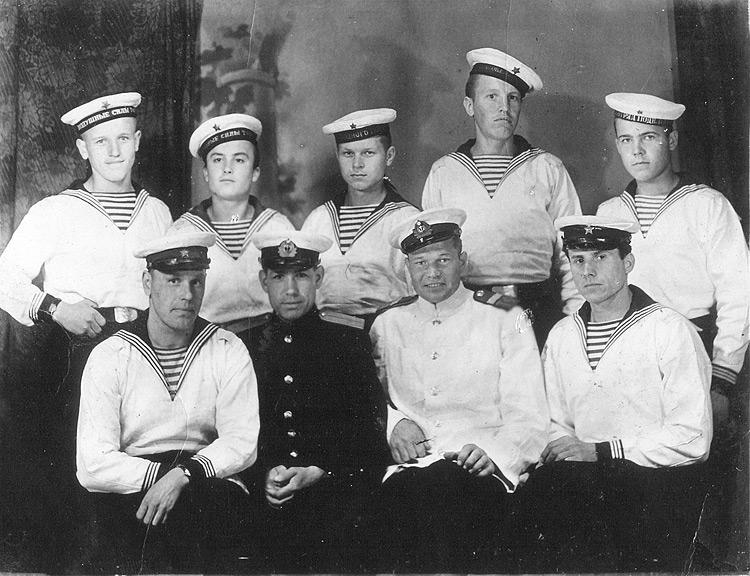 Александр Мацьков (в верхнем ряду, первый слева) с боевыми товарищами. Порт-Артур, 1946 год
