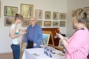 Юные художники получали призы из рук опытных живописцев