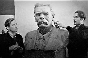 Скульптор Семен Горпенко (справа) работает над бюстом Максима Горького