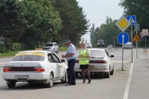 Не обходили вниманием инспекторы и машины фирм такси