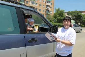 Для фотосессии маленького пассажира пришлось пересадить из детского автокресла на колени к отцу-водителю