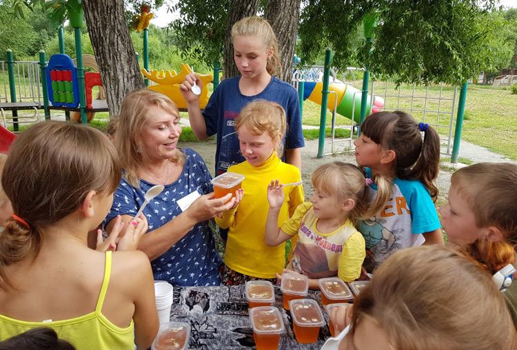 В подарок детям - душистый мед