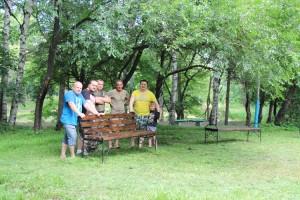 Небольшая команда добровольцев с установкой скамеек справилась за три часа