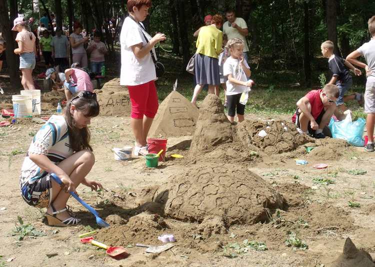 В конкурсе песочных фигур приняли участие более двадцати человек