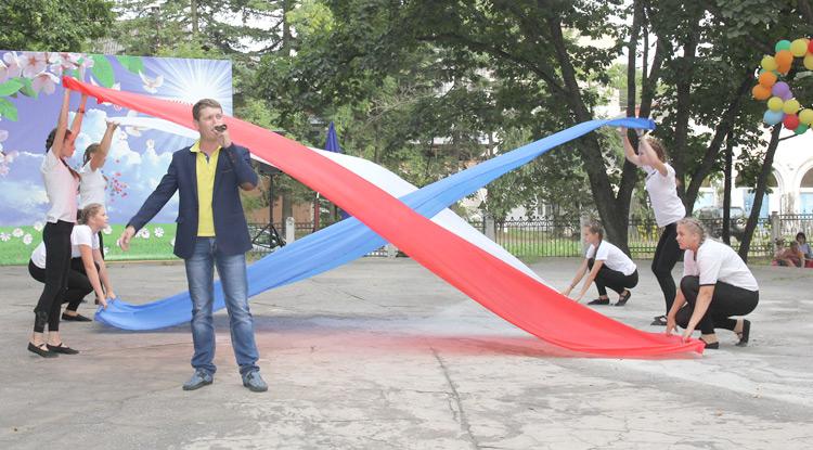 Открыли праздник солист Дворца культуры «Лозовый» Николай Тихонов  и танцевальный коллектив «Ника»