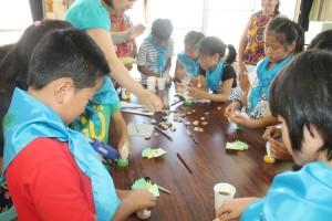 Гости из Партизанска научили японских ребят делать матрешек из бумаги