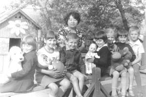 80-е годы XX века: счастливые малыши со своим воспитателем Ларисой Ли