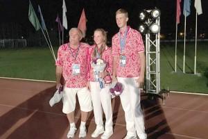 Влад Разлатов с приморской спортсменкой Дианой Головцовой  и ее тренером Юрием Пахоминым