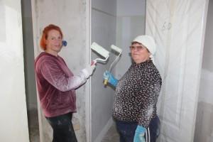 Галина Скоренко и Елена Привалова занимаются отделкой квартир для новоселов