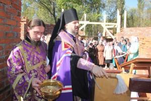 Владыко Николай благословил строителей нового Храма