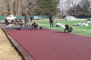 Полным ходом идут работы по укладке резинового покрытия на заасфальтированных беговых дорожках