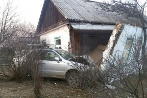 В результате ДТП дом остался без стены