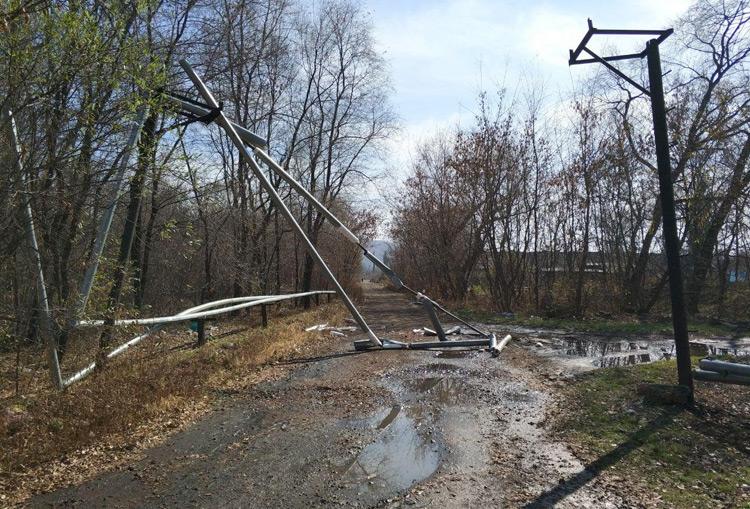 Водитель КАМАЗа 4310 врезался в трубы теплотрассы и скрылся с места ДТП